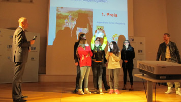Die Pferseer Gruppe bei der Preisverleihung durch LEW-Vorstandsvorsitzenden Dr. Markus Litpher