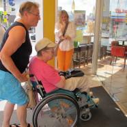 Monika Waldemair und Anita Liebs versuchen, in die Filiale der Vollwertbäckerei Schneider in der Augsburger Straße zu kommen